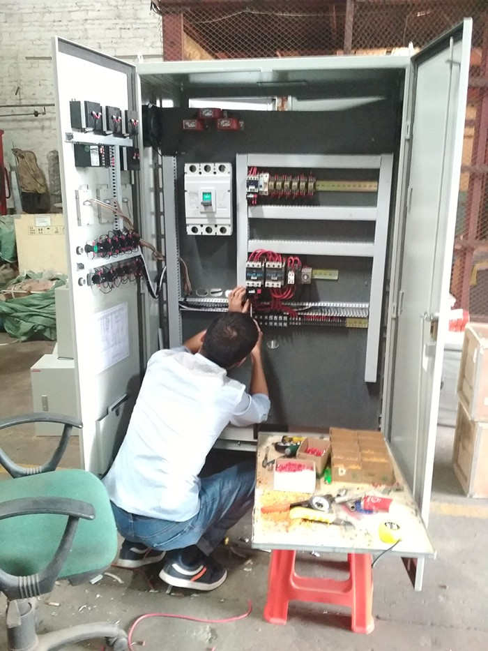 电气工程师在装配电箱